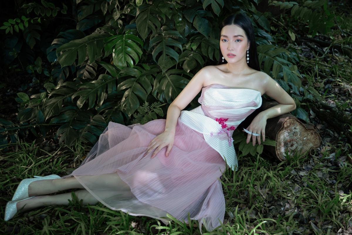 'Nàng thơ xứ Huế' Ngọc Trân cuốn hút với nét mơ màng trong loạt váy áo e ấp Ảnh 10