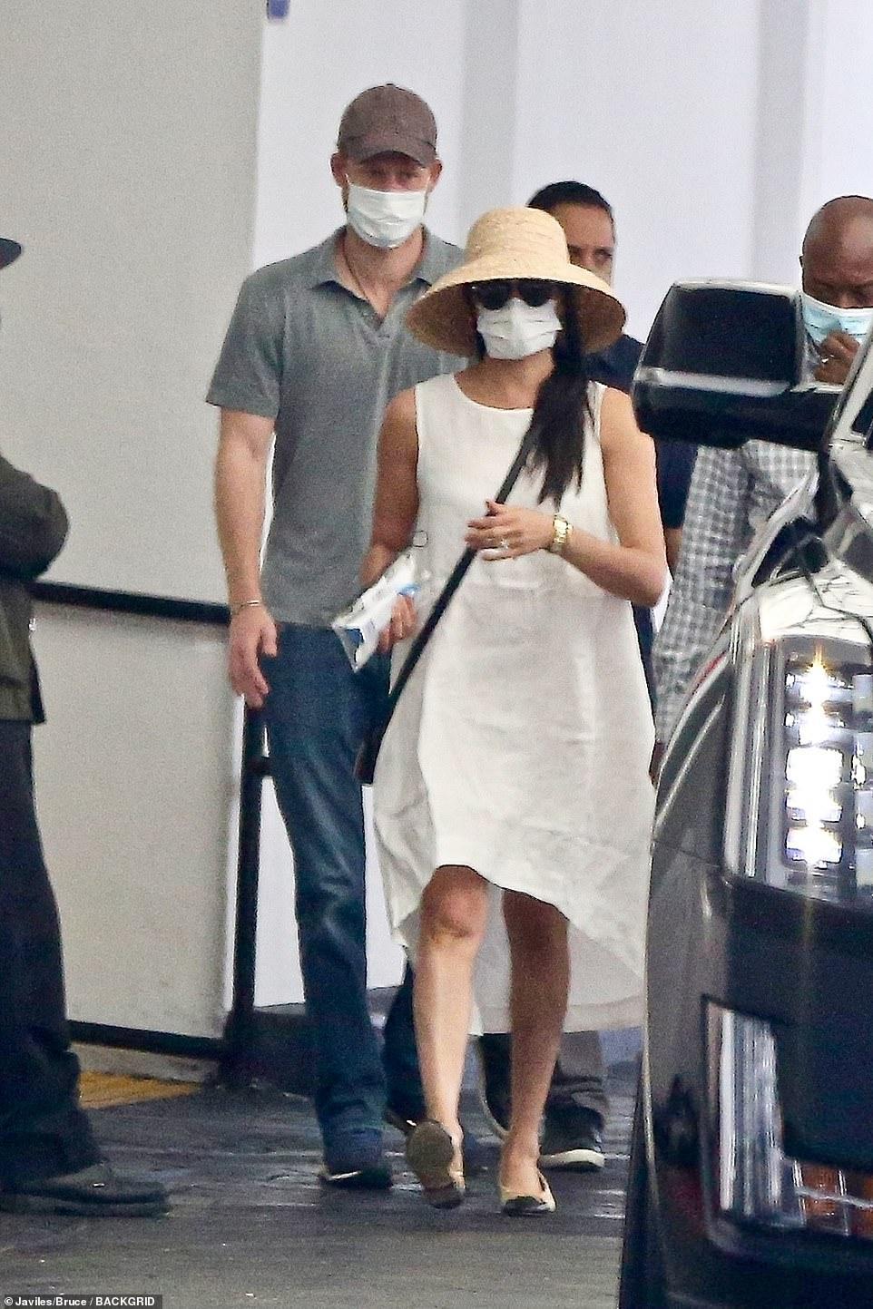Không còn sang chảnh, Meghan Markle mặc váy 'nhăn nhúm' hơn 1 triệu đồng ra phố Ảnh 1