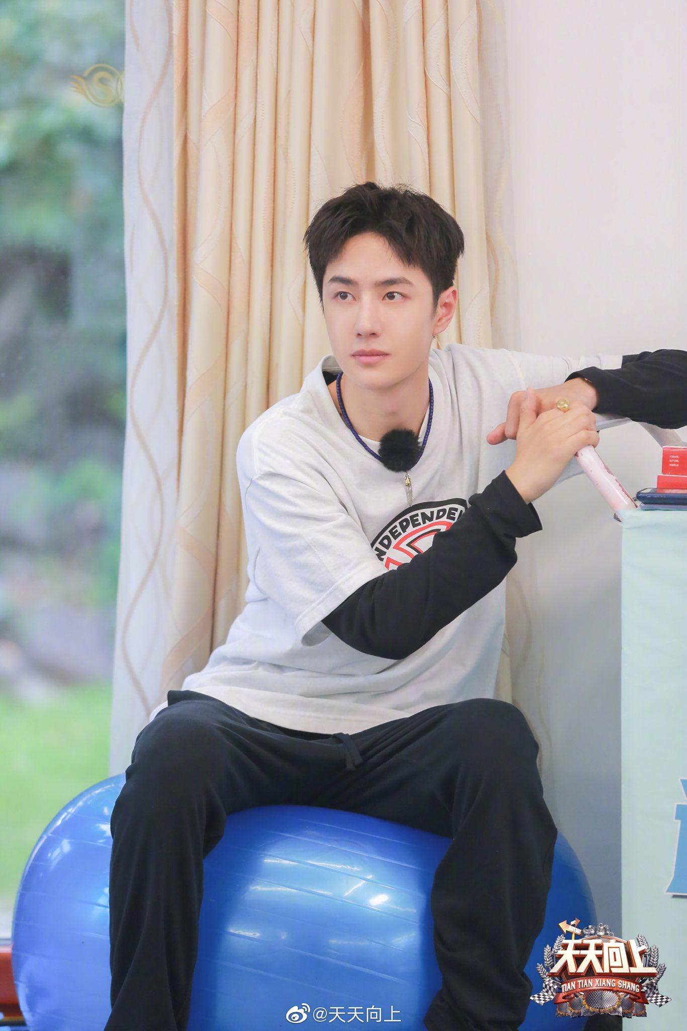 'Thiên thiên hướng thượng': Vương Nhất Bác tự nhận bản thân ngốc khi bị thương ở chân Ảnh 16