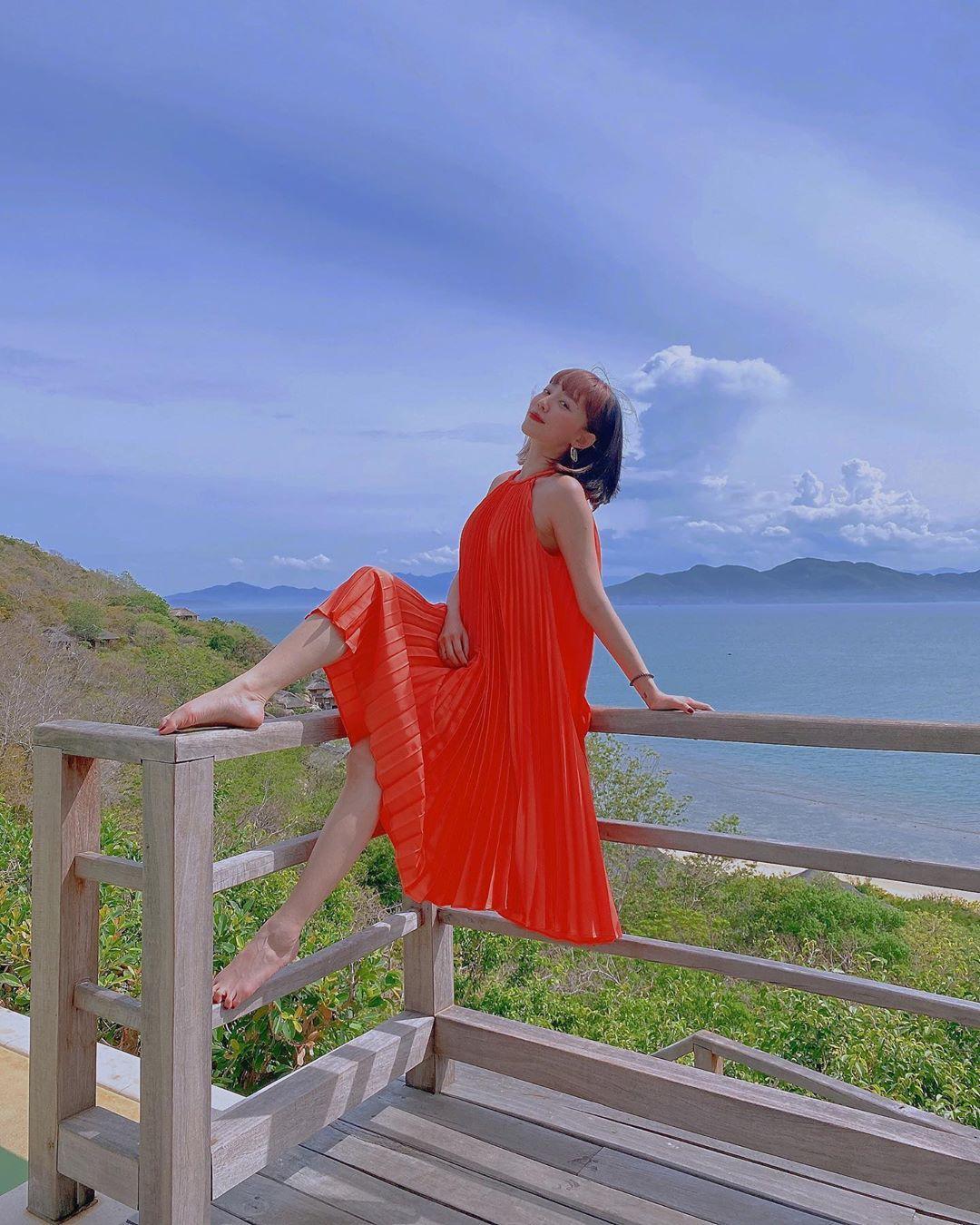 Đỗ Mỹ Linh - Tiểu Vy say đắm với váy đầm xếp pli rực rỡ như thiên thần Ảnh 9