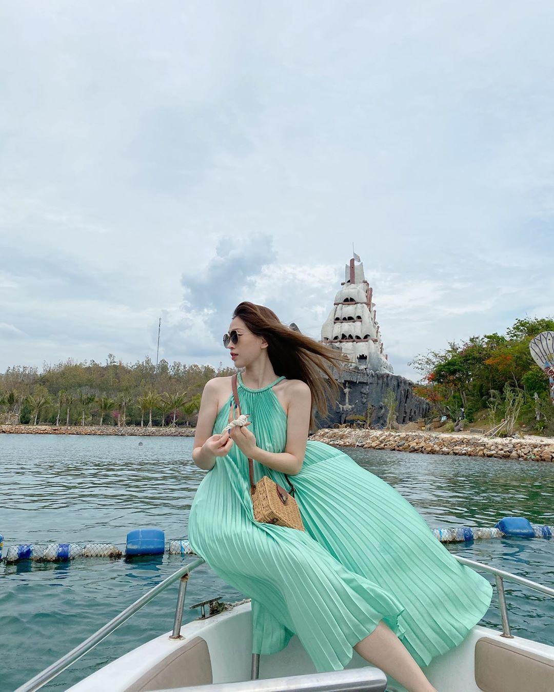 Đỗ Mỹ Linh - Tiểu Vy say đắm với váy đầm xếp pli rực rỡ như thiên thần Ảnh 8