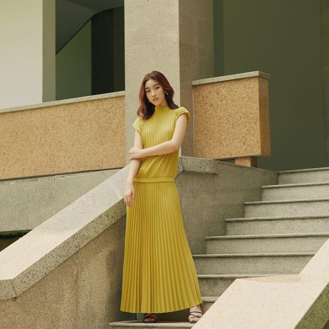 Đỗ Mỹ Linh - Tiểu Vy say đắm với váy đầm xếp pli rực rỡ như thiên thần Ảnh 1