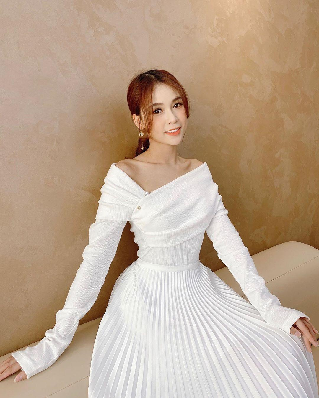 Đỗ Mỹ Linh - Tiểu Vy say đắm với váy đầm xếp pli rực rỡ như thiên thần Ảnh 7