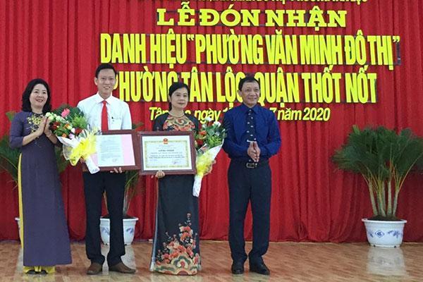 Phường Tân Lộc đón nhận danh hiệu Phường văn minh đô thị Ảnh 1