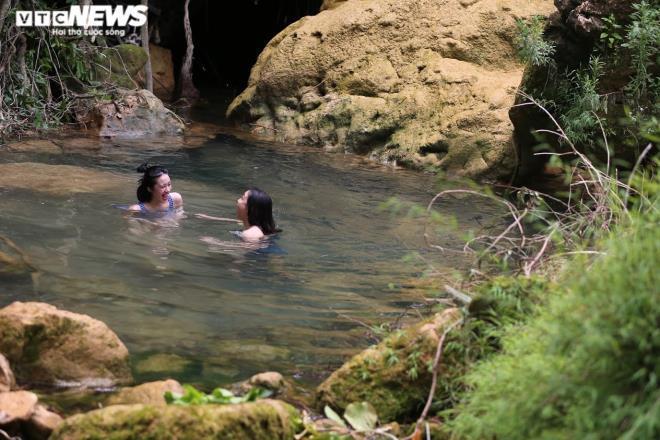 Kỳ lạ con suối chảy qua rừng già có khả năng biến nhiệt ở Mộc Châu Ảnh 6