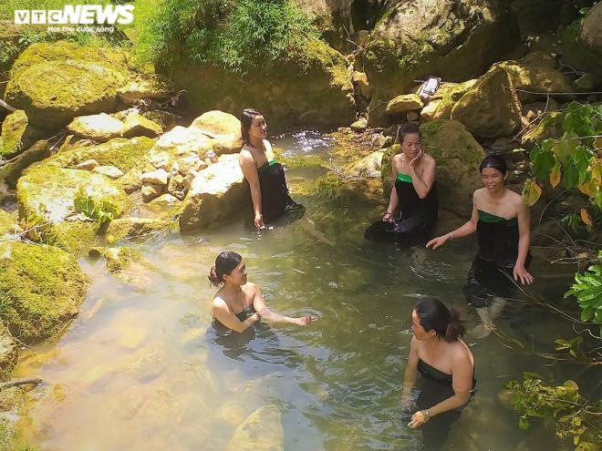 Kỳ lạ con suối chảy qua rừng già có khả năng biến nhiệt ở Mộc Châu Ảnh 4