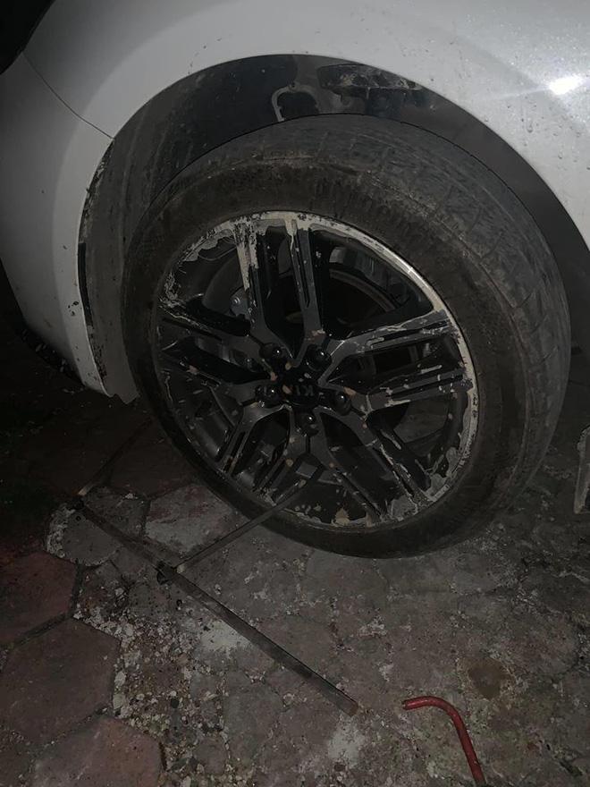 Đỗ ô tô gần chợ rồi rời đi, lúc quay về tài xế 'tím mặt' vì mảnh giấy nhắn và tình trạng của lốp xe Ảnh 1