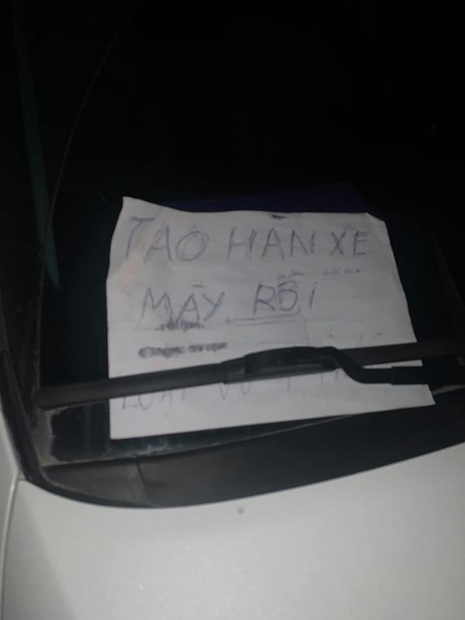 Đỗ ô tô gần chợ rồi rời đi, lúc quay về tài xế 'tím mặt' vì mảnh giấy nhắn và tình trạng của lốp xe Ảnh 2