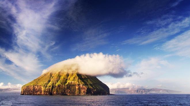 Hòn đảo trơ trọi hút khách vì hiện tượng thiên nhiên hiếm có Ảnh 2