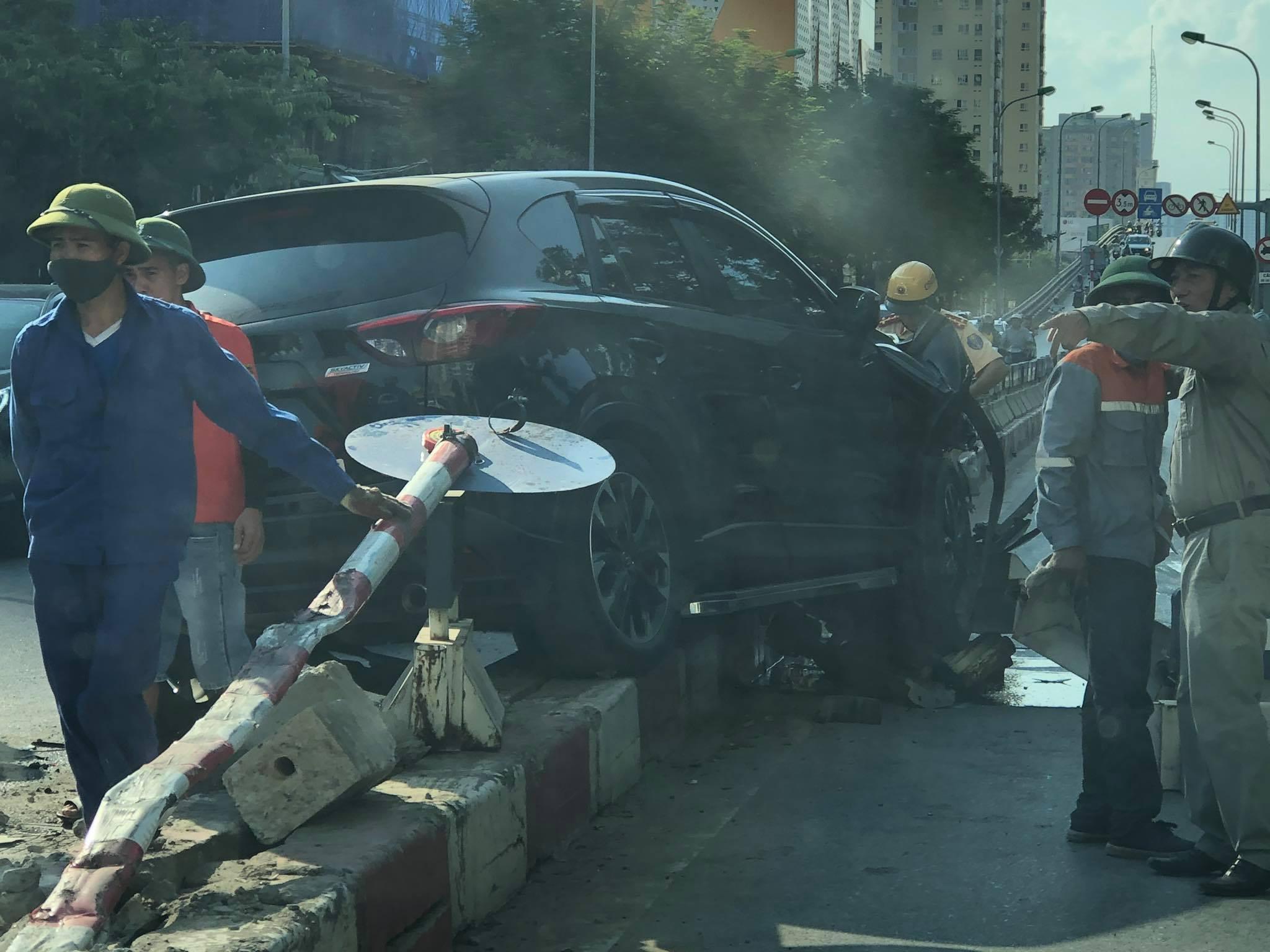 Hà Nội: 'Xế hộp' húc tung dải phân cách trên đường Hoàng Minh Giám Ảnh 1