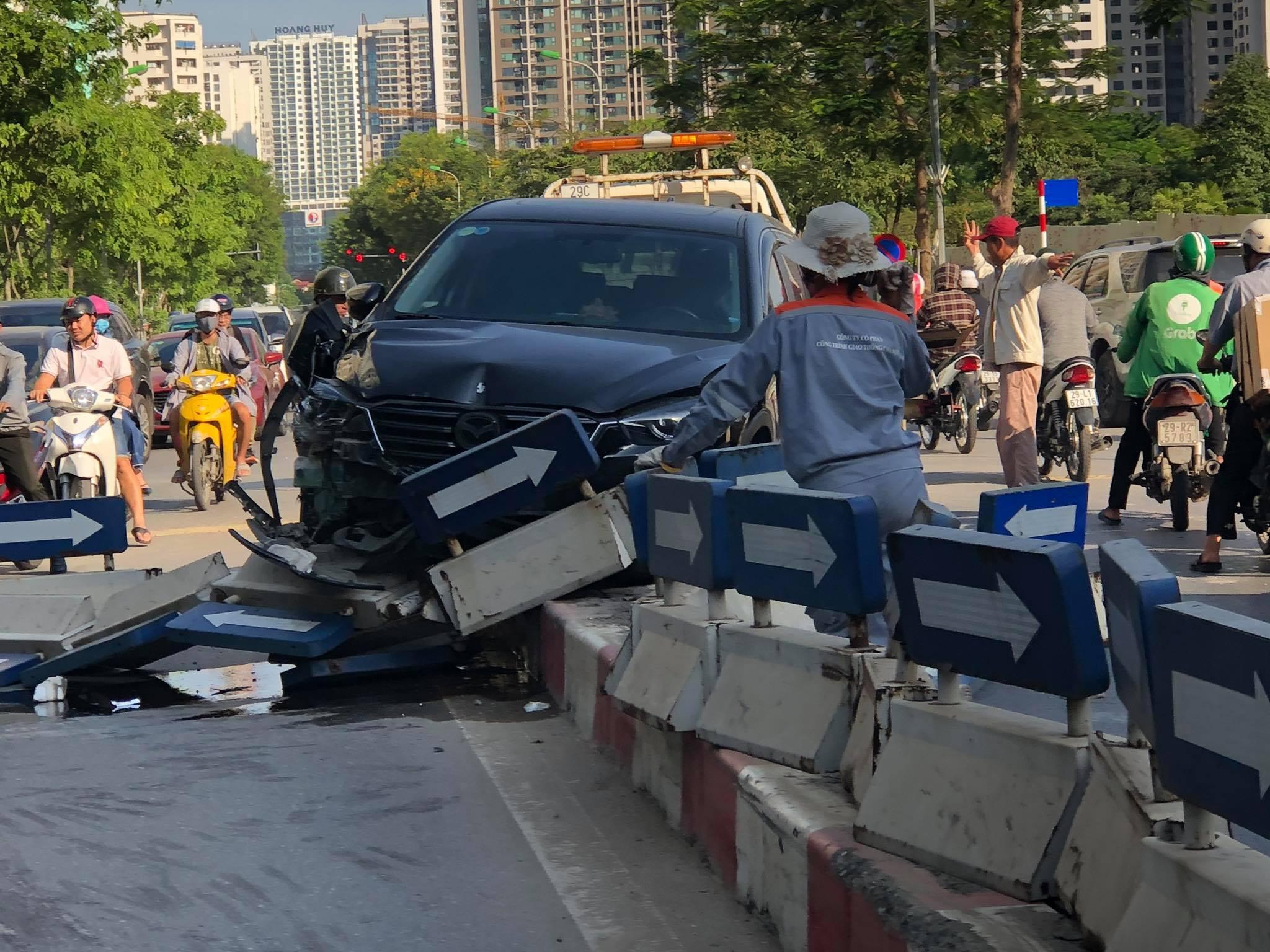 Hà Nội: 'Xế hộp' húc tung dải phân cách trên đường Hoàng Minh Giám Ảnh 2