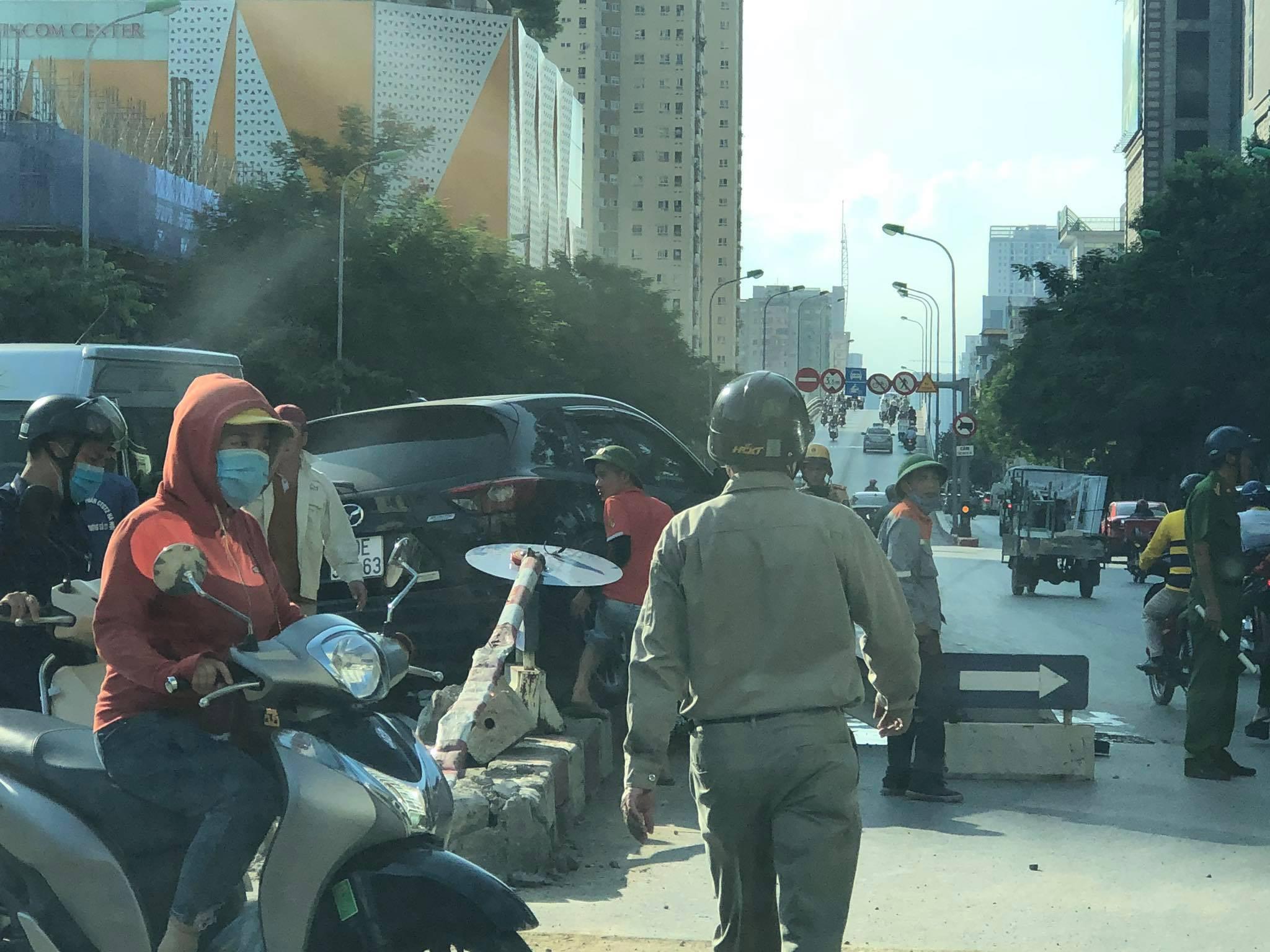 Hà Nội: 'Xế hộp' húc tung dải phân cách trên đường Hoàng Minh Giám Ảnh 3