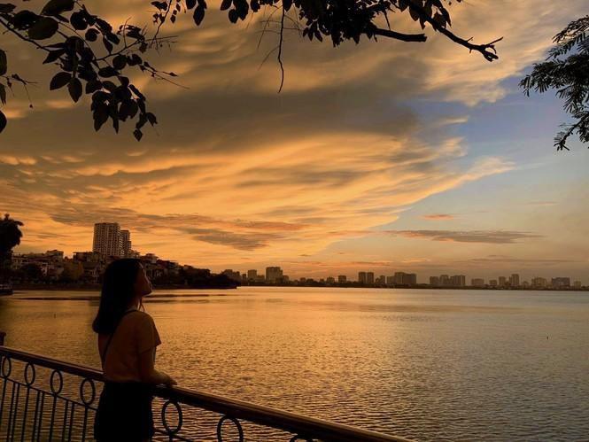Hoàng hôn hồ Tây: Điểm check-in, thư giãn của giới trẻ Hà Thành Ảnh 3