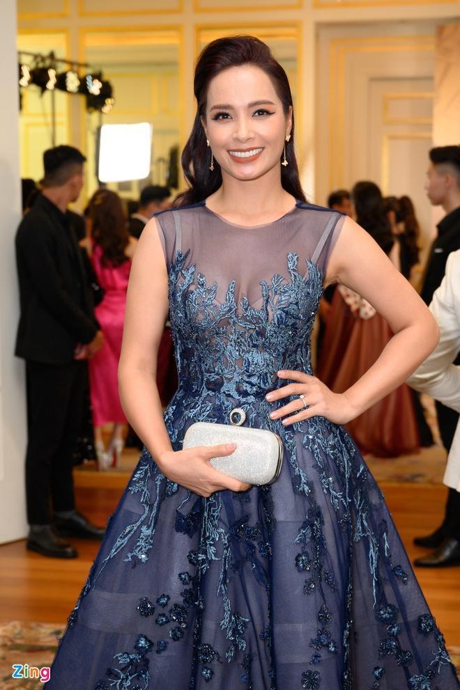 H'Hen Niê và dàn hoa hậu so kè váy áo ở show thời trang Hoàng Hải Ảnh 10