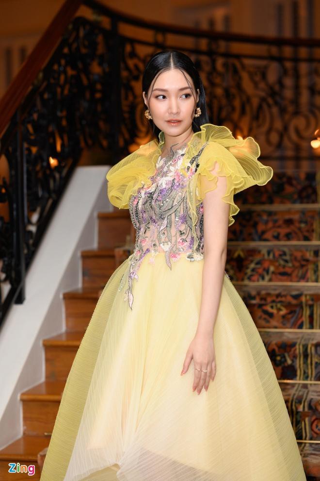 H'Hen Niê và dàn hoa hậu so kè váy áo ở show thời trang Hoàng Hải Ảnh 12