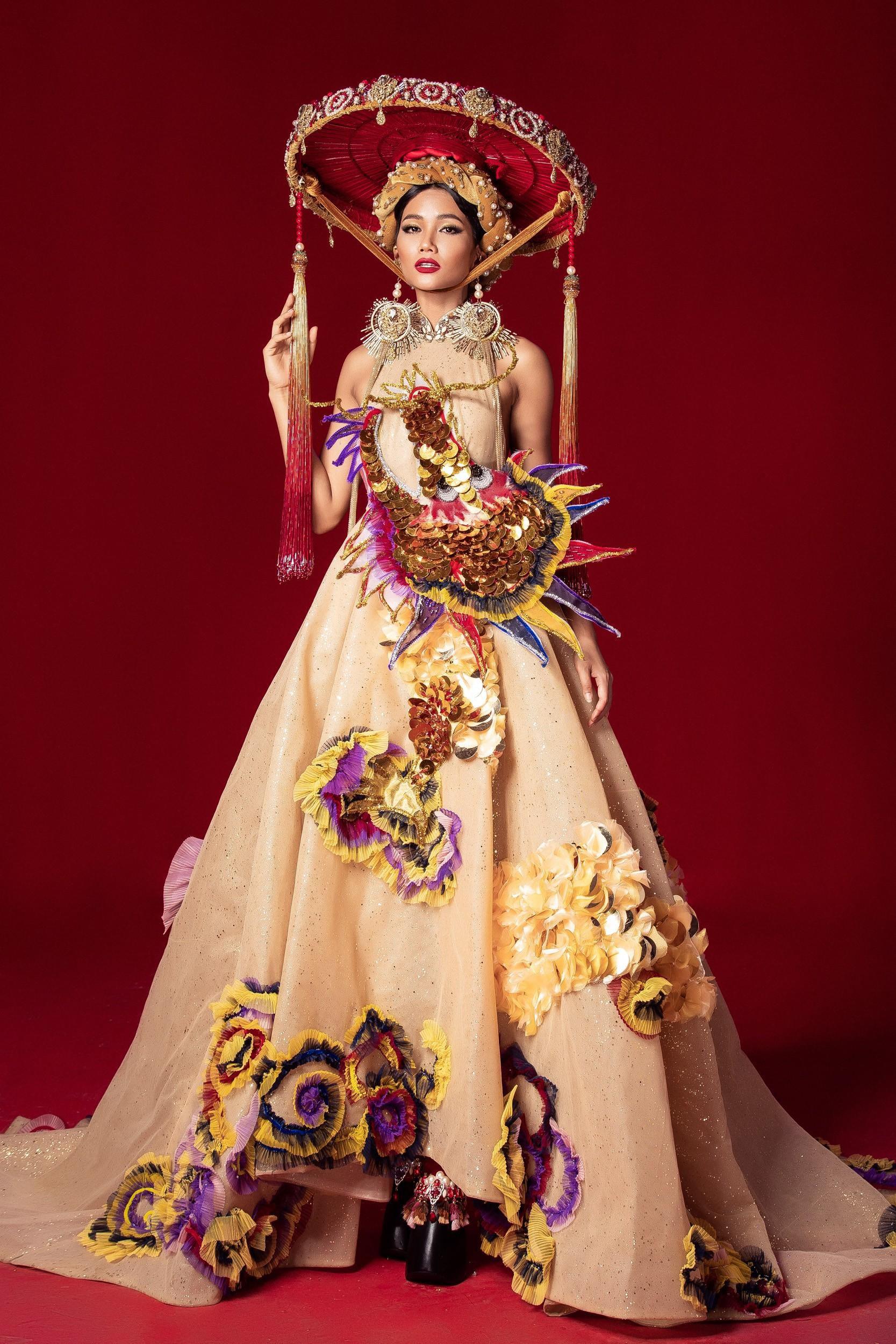 Chủ nhân National Costume Nàng Mây thiết kế váy tàu điện Metro cho Khánh Vân: Cổng trường cũng thành trang phục cực chất Ảnh 9