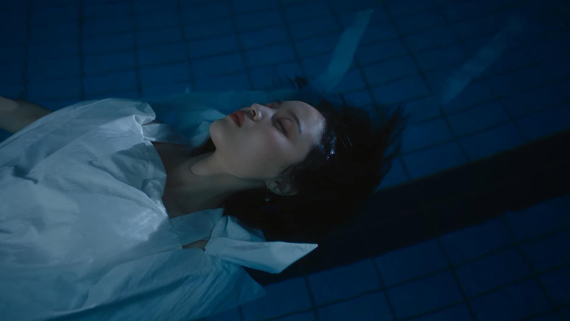Lee Hi chính thức tái xuất với Holo: MV nặng tâm lý nhưng nhạc lại hao hao một bản hit đình đám của Meghan Trainor Ảnh 9