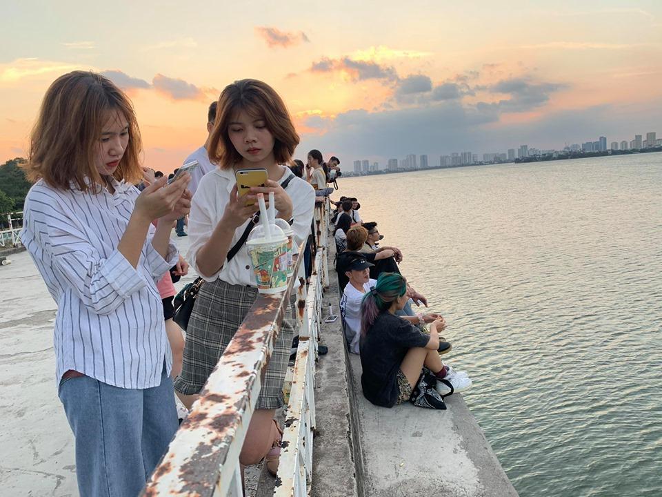 Giới trẻ tụ tập chụp ảnh tại địa điểm nhà bỏ hoang ở Hồ Tây Ảnh 1