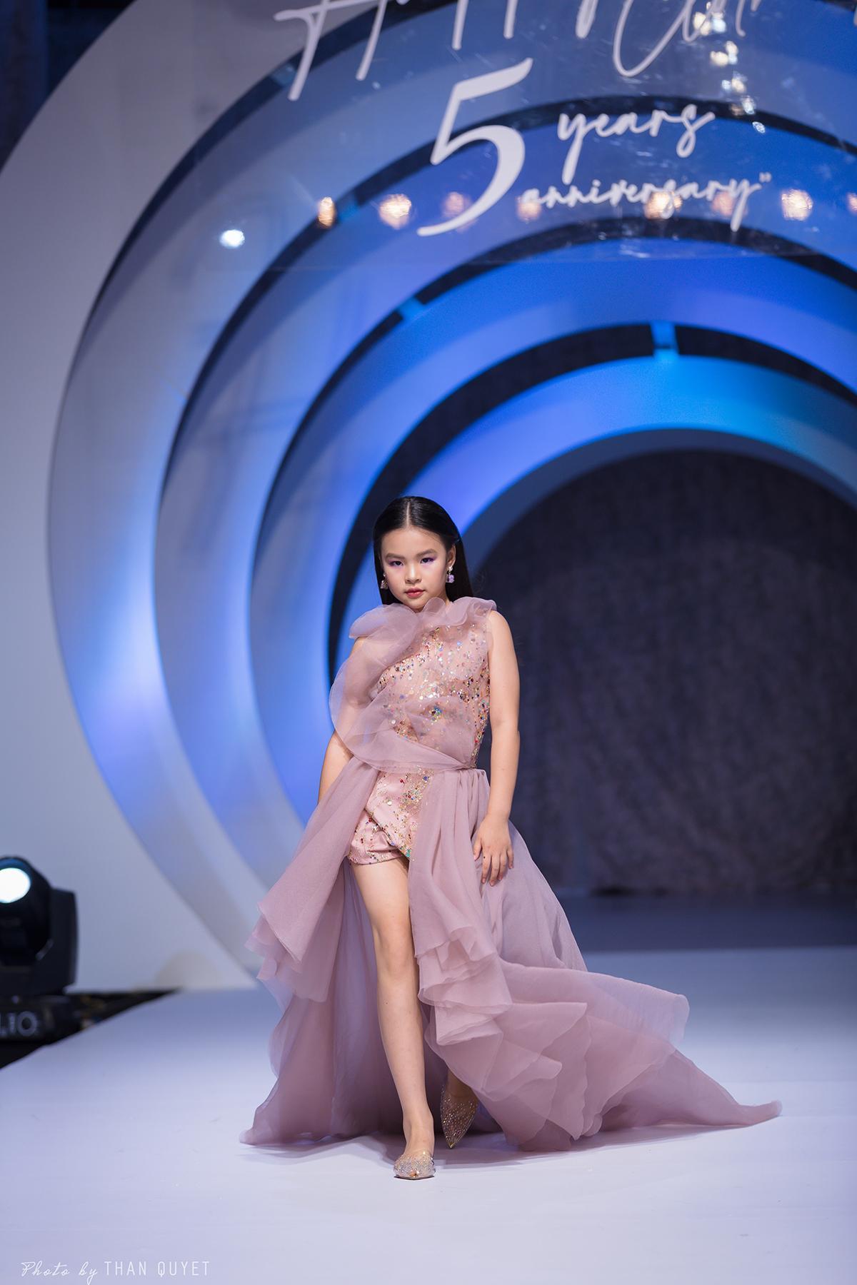 Mẫu nhí 9 tuổi song kiếm hợp bích siêu mẫu Bùi Quỳnh Hoa 'quét sạch' sàn catwalk Ảnh 7