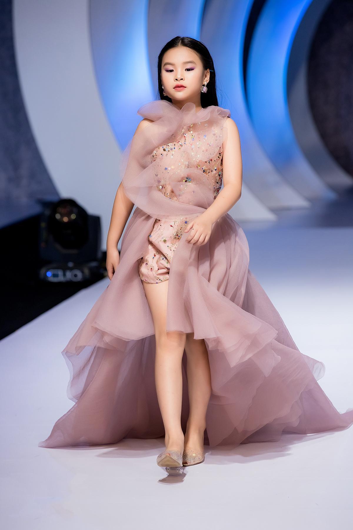 Mẫu nhí 9 tuổi song kiếm hợp bích siêu mẫu Bùi Quỳnh Hoa 'quét sạch' sàn catwalk Ảnh 4