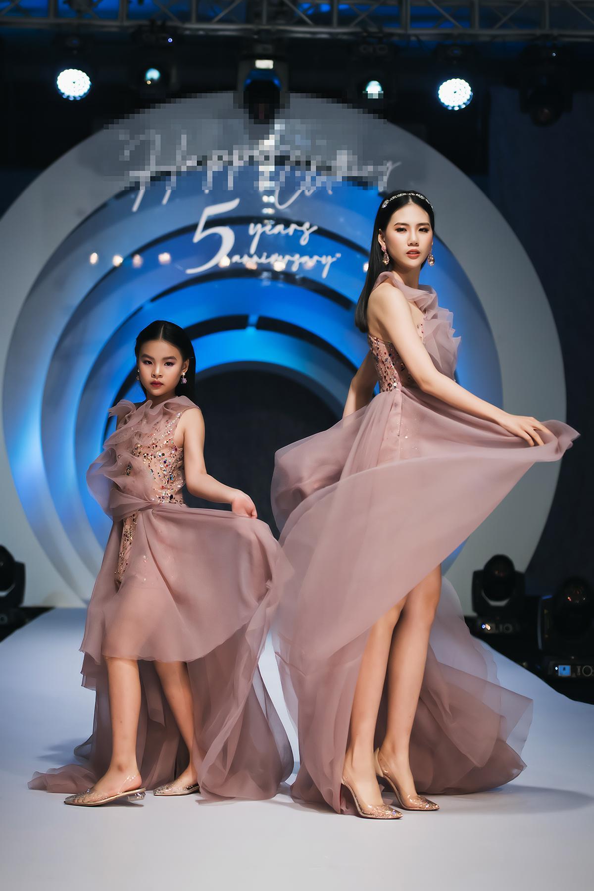 Mẫu nhí 9 tuổi song kiếm hợp bích siêu mẫu Bùi Quỳnh Hoa 'quét sạch' sàn catwalk Ảnh 3