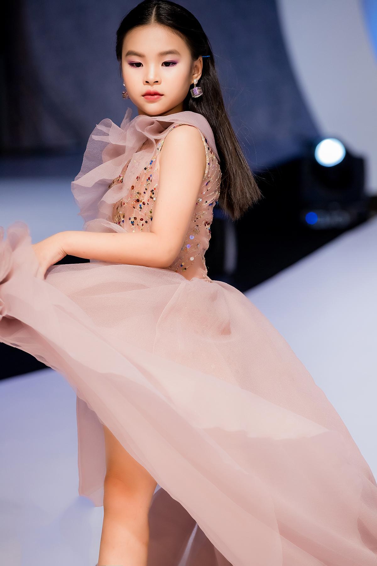 Mẫu nhí 9 tuổi song kiếm hợp bích siêu mẫu Bùi Quỳnh Hoa 'quét sạch' sàn catwalk Ảnh 5