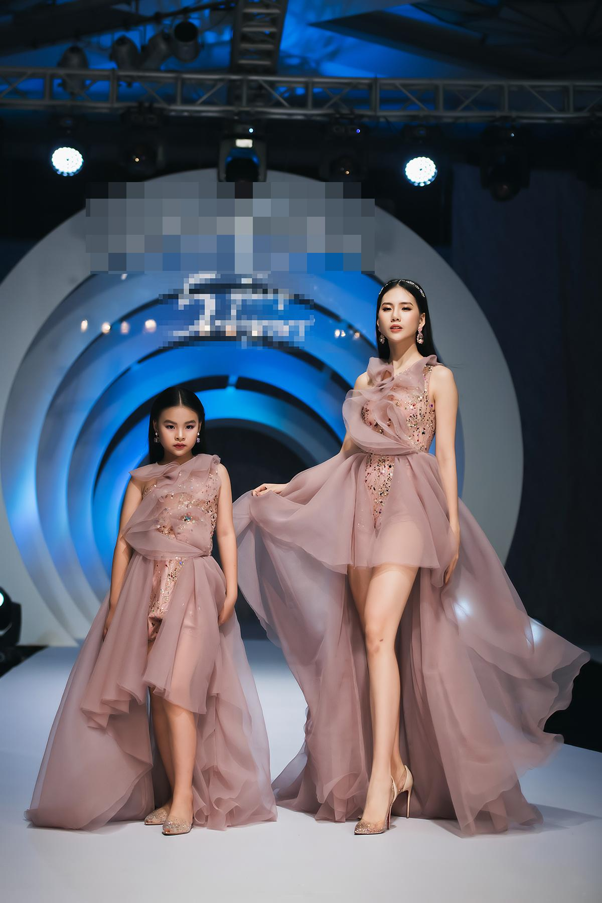 Mẫu nhí 9 tuổi song kiếm hợp bích siêu mẫu Bùi Quỳnh Hoa 'quét sạch' sàn catwalk Ảnh 2