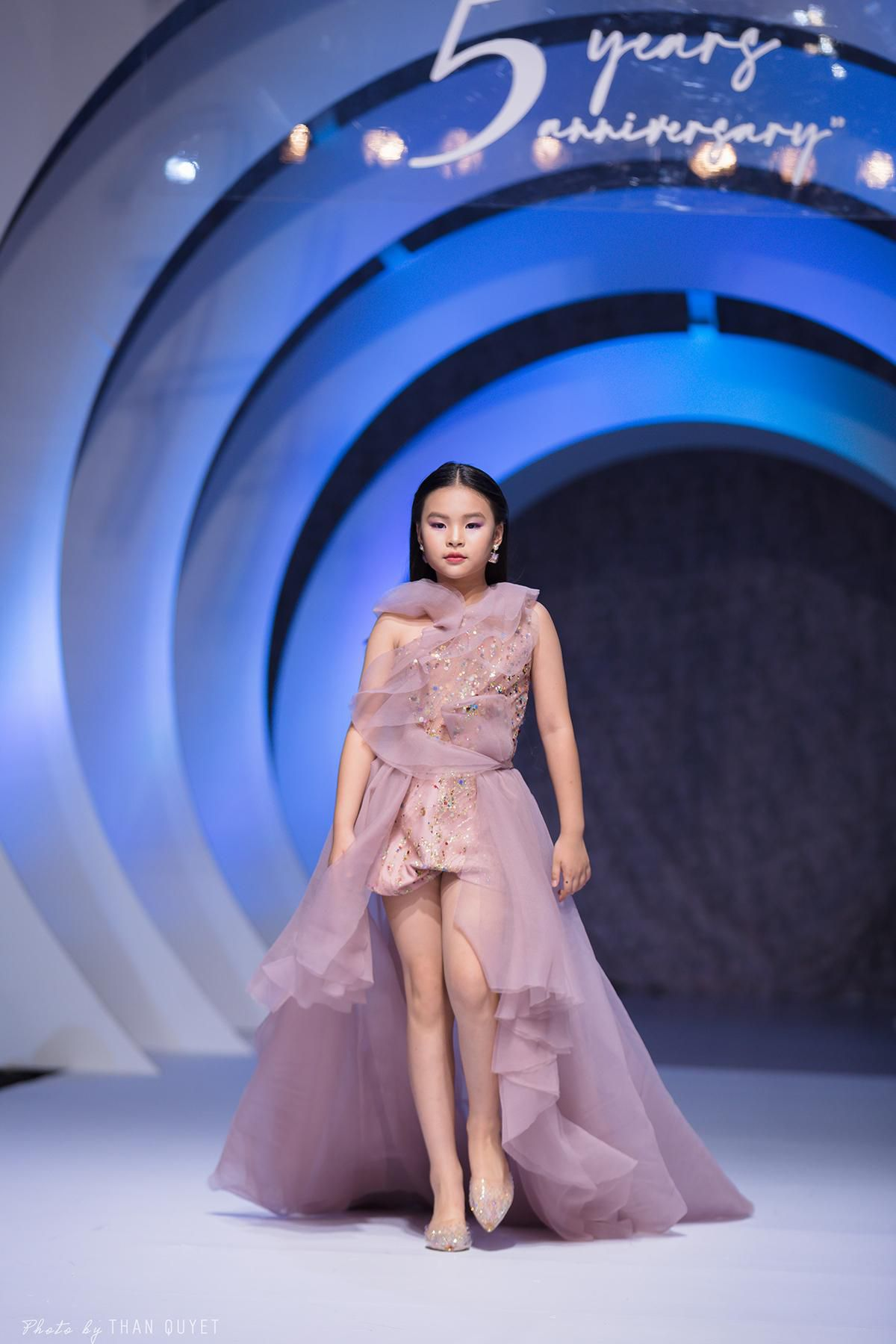Mẫu nhí 9 tuổi song kiếm hợp bích siêu mẫu Bùi Quỳnh Hoa 'quét sạch' sàn catwalk Ảnh 6