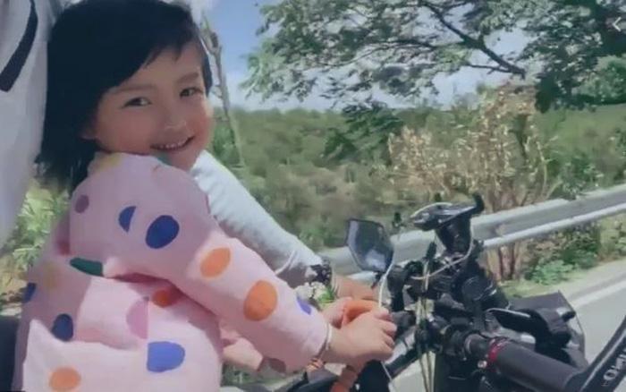 Bé gái 4 tuổi cùng cha đi du lịch khắp Trung Quốc Ảnh 1