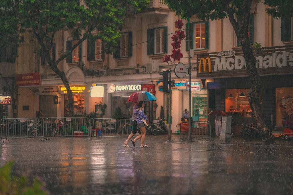 Bức tranh Hà Nội dưới cơn mưa vội ngày cuối tuần Ảnh 6