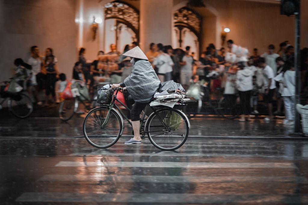 Bức tranh Hà Nội dưới cơn mưa vội ngày cuối tuần Ảnh 2