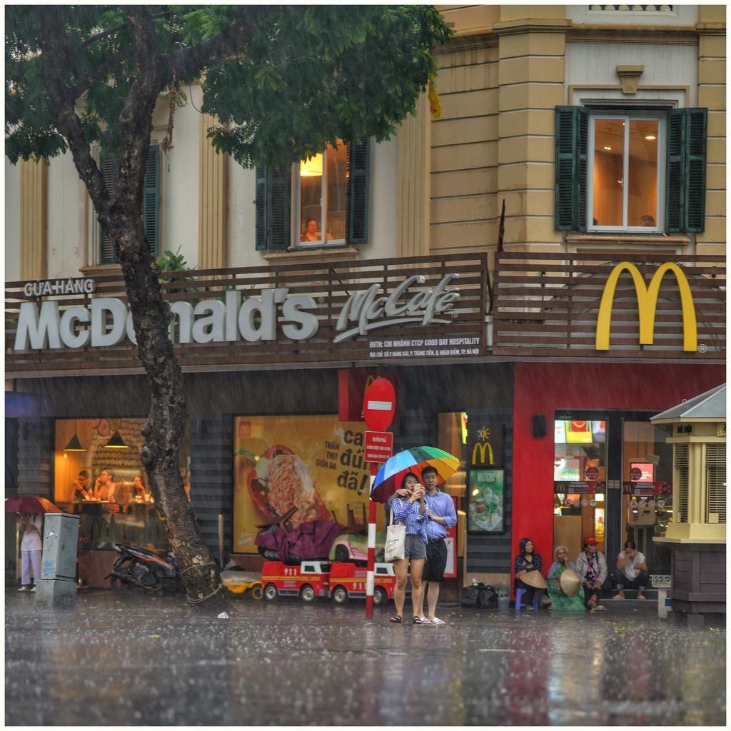 Bức tranh Hà Nội dưới cơn mưa vội ngày cuối tuần Ảnh 7