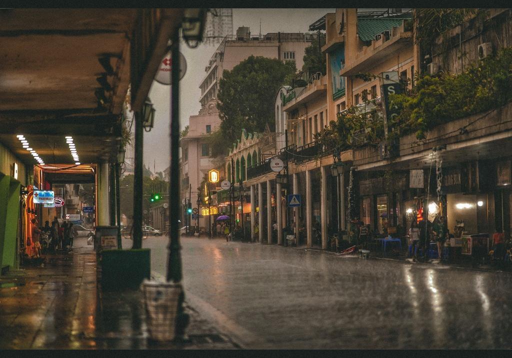 Bức tranh Hà Nội dưới cơn mưa vội ngày cuối tuần Ảnh 4