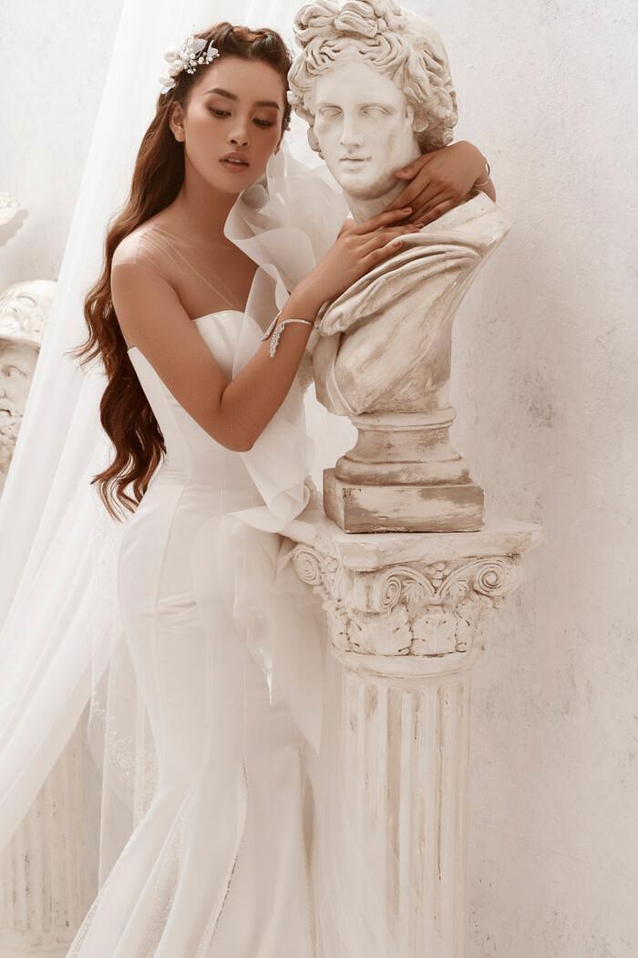 Hoa hậu Tiểu Vy hóa nữ thần trễ nải, dung mạo quyến rũ ai nhìn cũng đắm say Ảnh 18