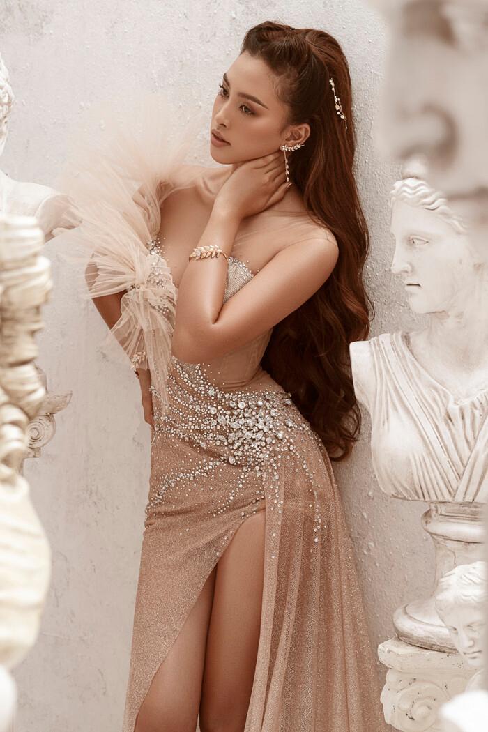 Hoa hậu Tiểu Vy hóa nữ thần trễ nải, dung mạo quyến rũ ai nhìn cũng đắm say Ảnh 3