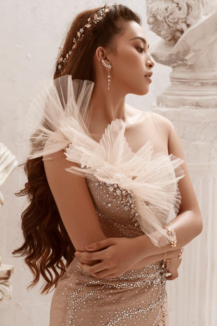 Hoa hậu Tiểu Vy hóa nữ thần trễ nải, dung mạo quyến rũ ai nhìn cũng đắm say Ảnh 4