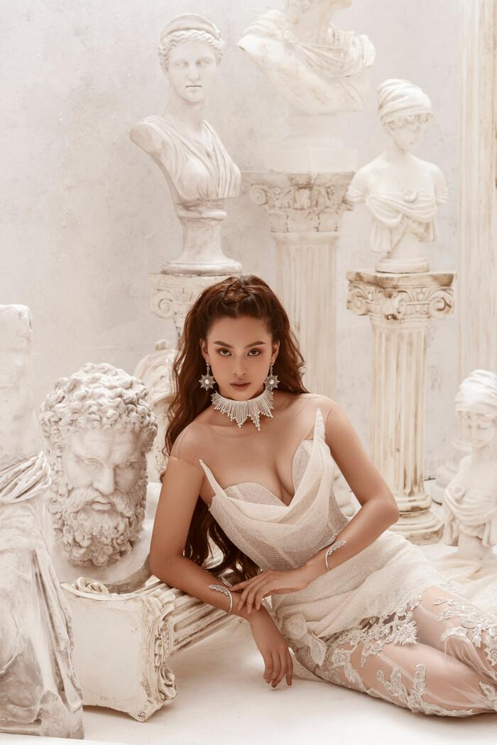 Hoa hậu Tiểu Vy hóa nữ thần trễ nải, dung mạo quyến rũ ai nhìn cũng đắm say Ảnh 7