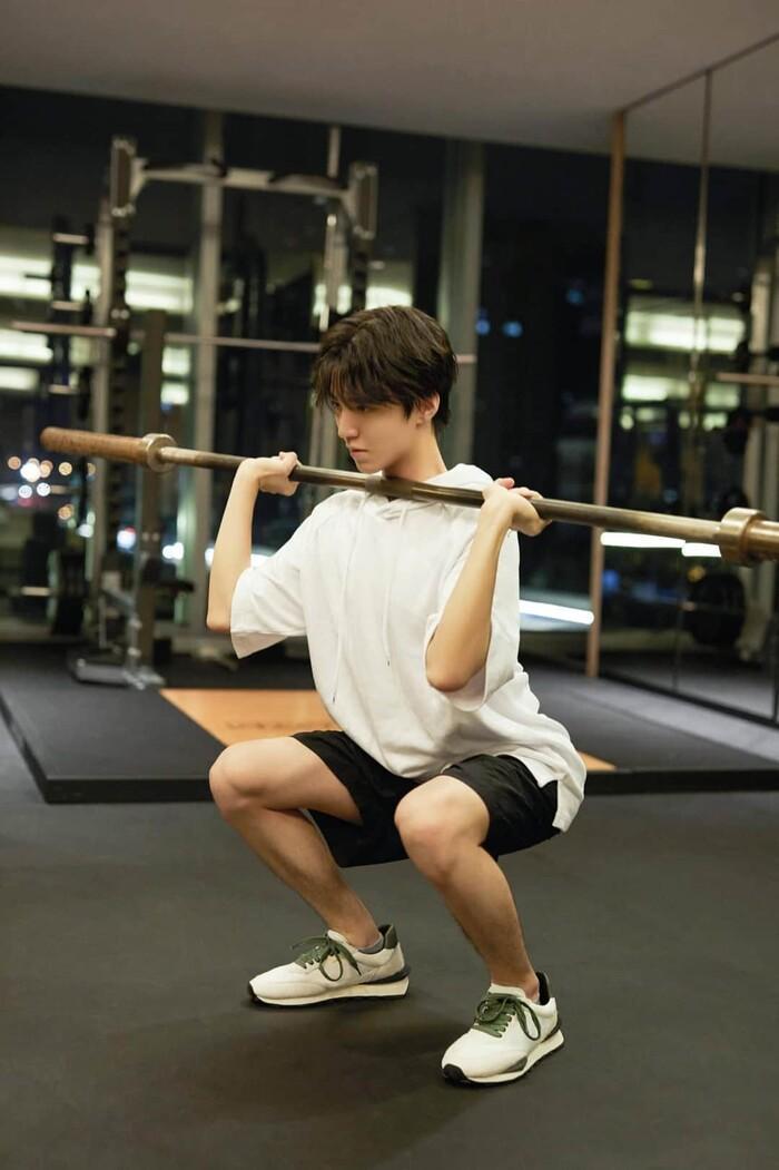 Vương Tuấn Khải mặc trang phục DIOR chất ngất, hì hụi trong phòng tập gym Ảnh 10