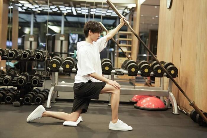 Vương Tuấn Khải mặc trang phục DIOR chất ngất, hì hụi trong phòng tập gym Ảnh 7