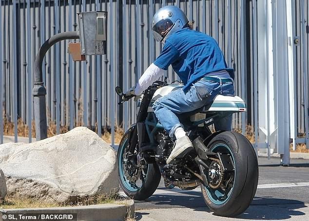 Brad Pitt đội mũ bảo hiểm, lái xe mô tô cực ngầu đến thăm nhà vợ cũ Ảnh 3
