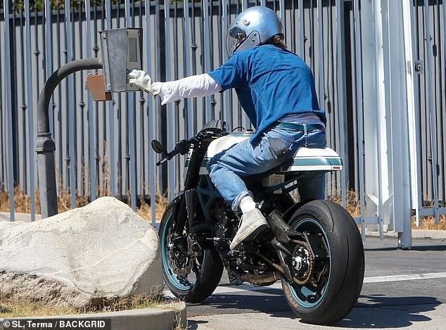 Brad Pitt đội mũ bảo hiểm, lái xe mô tô cực ngầu đến thăm nhà vợ cũ Ảnh 4