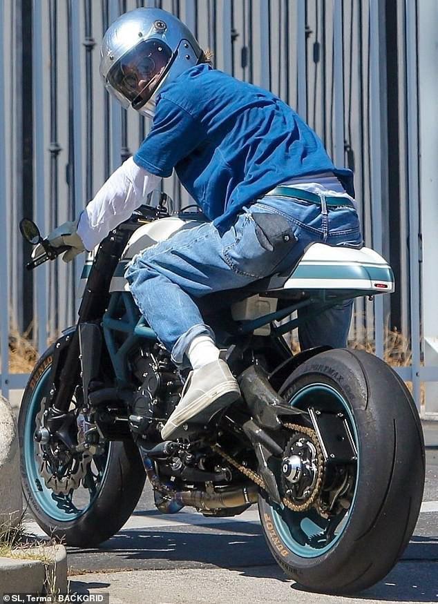 Brad Pitt đội mũ bảo hiểm, lái xe mô tô cực ngầu đến thăm nhà vợ cũ Ảnh 2
