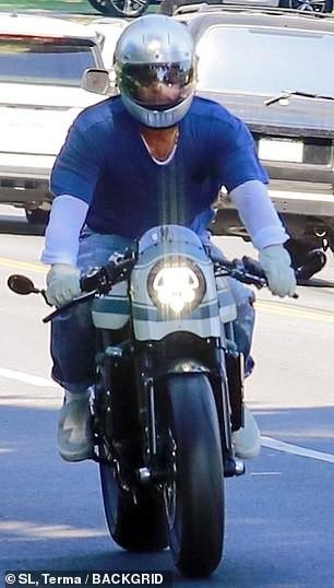Brad Pitt đội mũ bảo hiểm, lái xe mô tô cực ngầu đến thăm nhà vợ cũ Ảnh 5