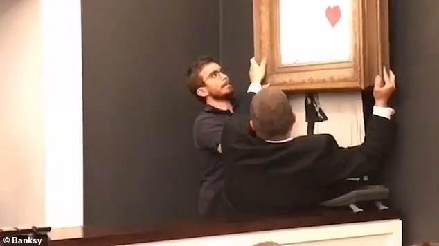 Sửng sốt bức tranh của Banksy trị giá 31 tỷ đồng tự động bị tiêu hủy Ảnh 9
