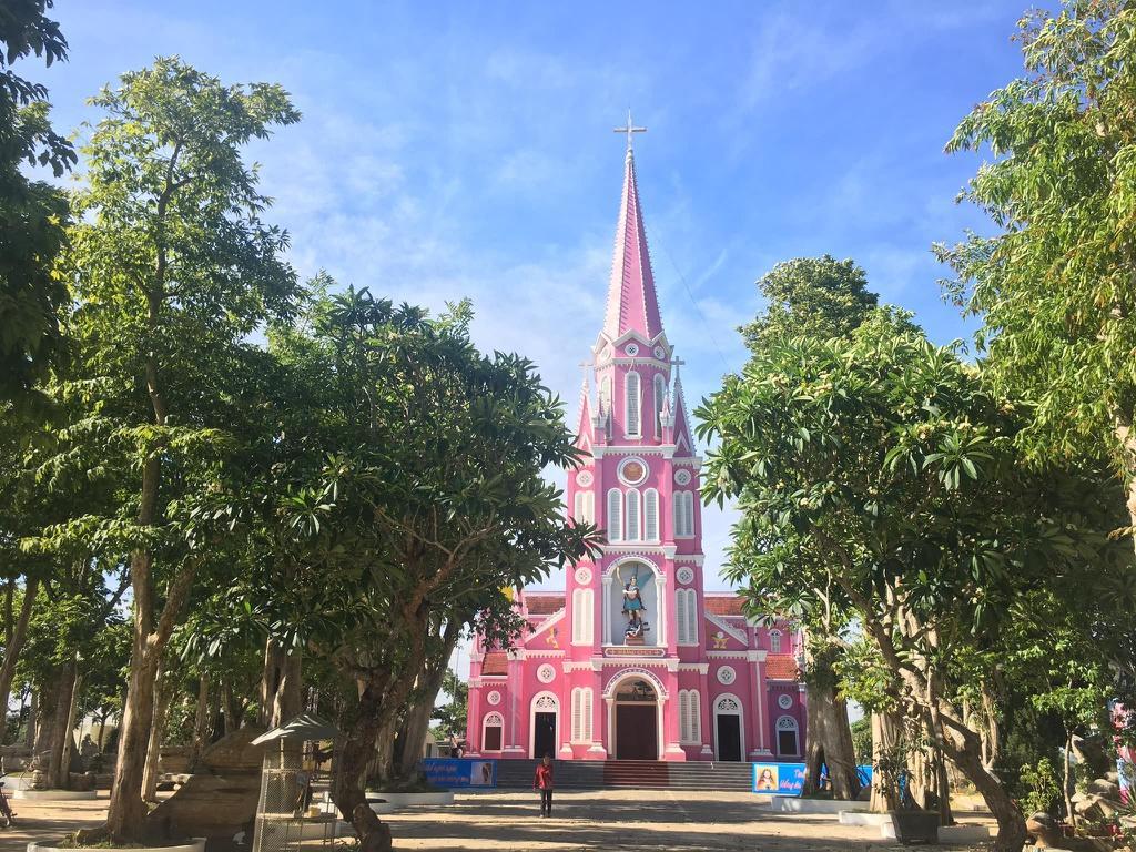 Nhà thờ màu tím, hồng nổi bật giữa nền trời ở Nghệ An Ảnh 7