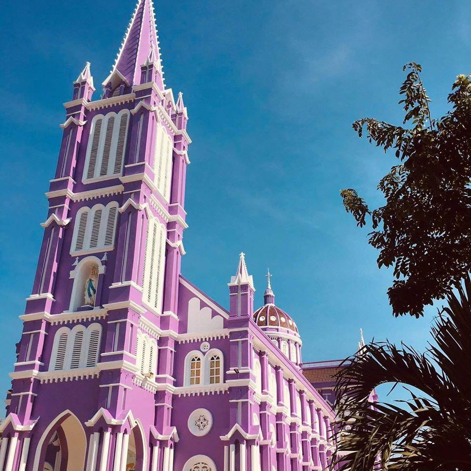 Nhà thờ màu tím, hồng nổi bật giữa nền trời ở Nghệ An Ảnh 1