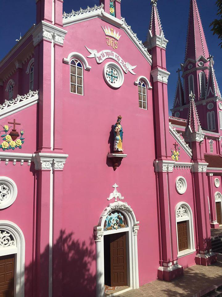 Nhà thờ màu tím, hồng nổi bật giữa nền trời ở Nghệ An Ảnh 9
