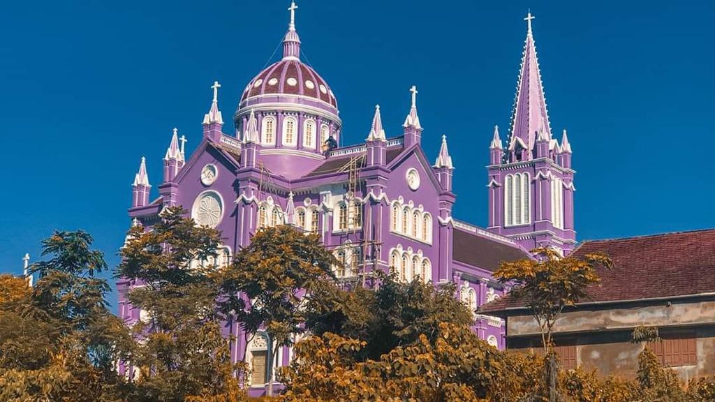 Nhà thờ màu tím, hồng nổi bật giữa nền trời ở Nghệ An Ảnh 4