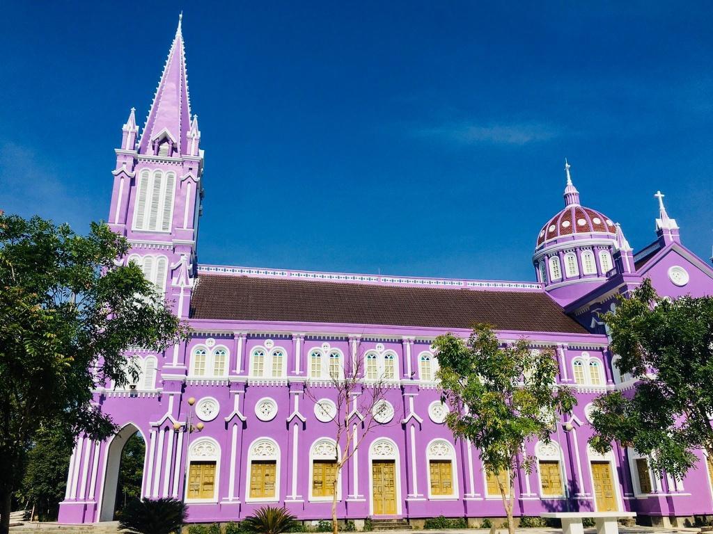 Nhà thờ màu tím, hồng nổi bật giữa nền trời ở Nghệ An Ảnh 3