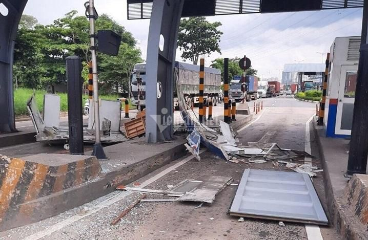 Cửa thùng xe container đập nát cabin trạm thu phí ở Sài Gòn Ảnh 3